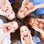 groupe d'amis qui chantent