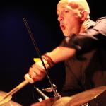 pascal Bihannic jouant de la batterie