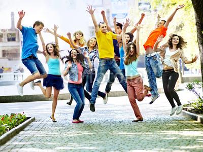 Groupe de personnes joyeuses qui sautent en l'air