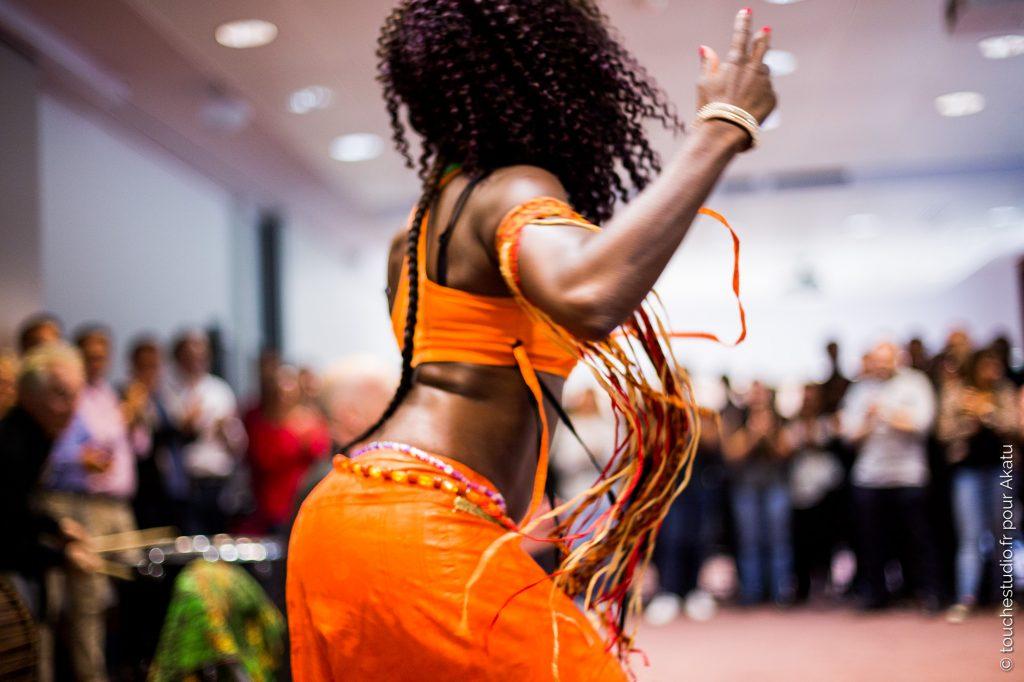 danseuse africaine de dos