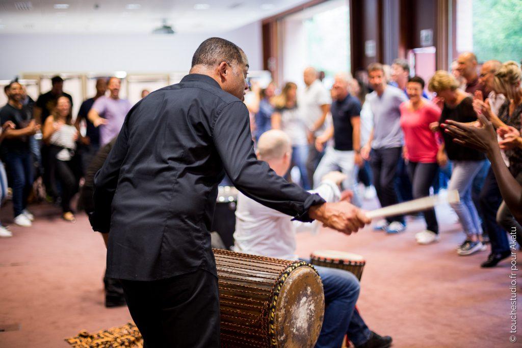 groupe de personnes qui jouent les tambours - séminaire incentive