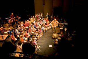 pascal Bihannic en concert avec un groupe d'enfants