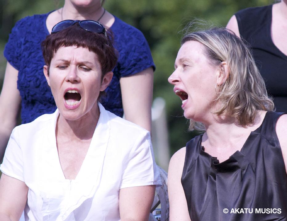 deux femmes qui chantent à l'unisson