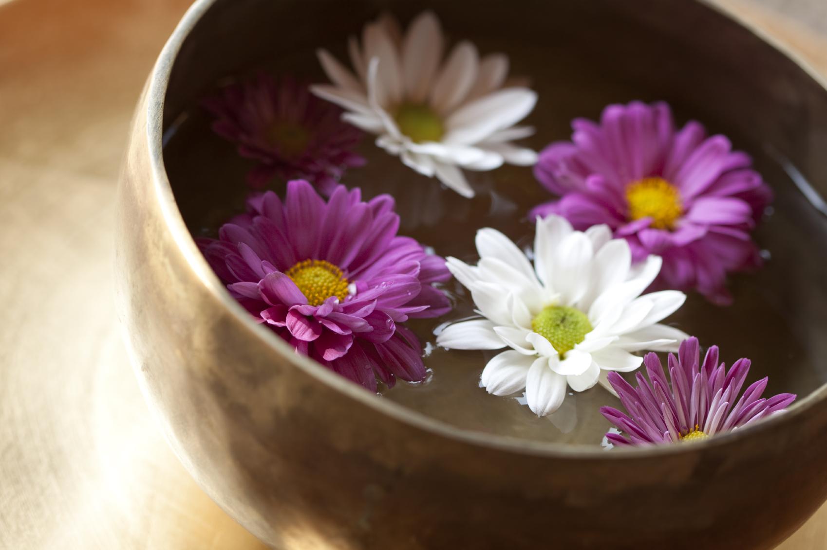 bol chantant rempli de fleurs